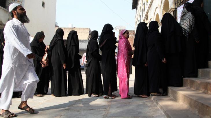 Muslime stehen für Stimmabgabe bei Wahlen im indischen Bundesstaat Gujarat an; Foto: dpa/picture-alliance