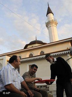 بعض تتار القرم المسلمين أمام أحد المساجد في مدينة سيمفيروبول عاصمة شبه جزيرة القرم. Foto: AP