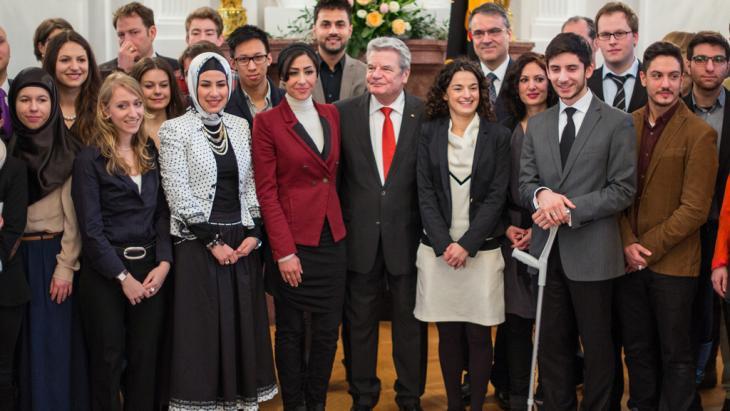 المشاركون والمشاركات في مؤتمر الإسلام للشباب سويةً مع الرئيس الألماني يوأخيم غاوك في قصر بيليفو في برلين بتاريخ 08 / 03 / 2013. Foto: picture-alliance/dpa