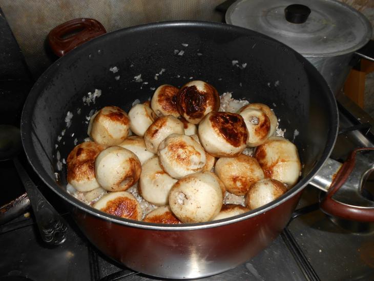 يتكون طبق اللفت من خضار جذرية بيضاء وأرز وطحينة Foto: Ulrike Schleicher