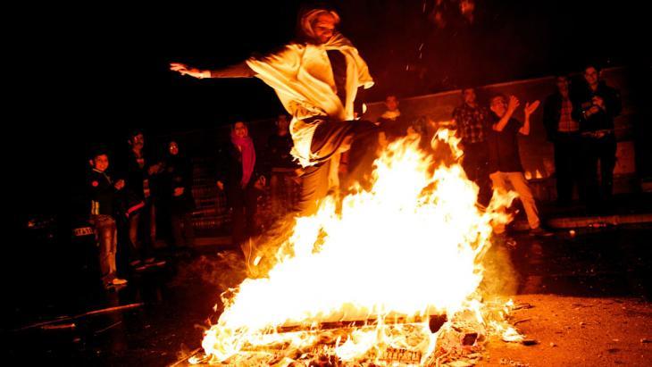 تقليد القفز من فوق النار عشية آخر يوم أربعاء من السنة الفارسية القديمة. Foto: Behrouz Mehri/AFP/Getty Images