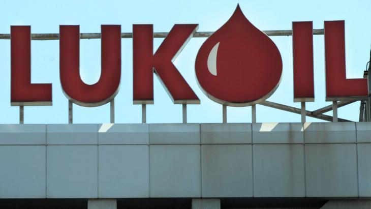 شعار شركة النفظ الروسية العملاقة لوك أويل. Foto: NIKOLAY DOYCHINOV/AFP/Getty Images