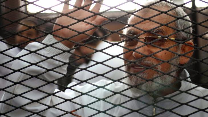 محمد بديع المرشد العام لجماعة الإخوان المسلمين، رهن الاعتقال. Foto: Ahmed Gamil/AFP/Getty Images