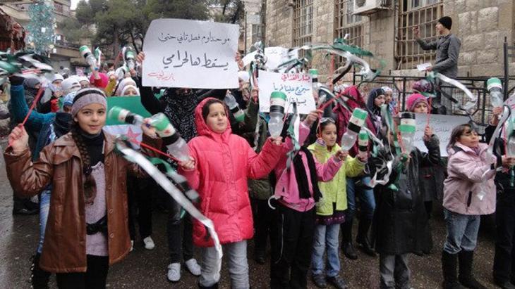 أطفال يتظاهرون احتجاجاً على حكم الأسد في الزبداني. Foto: Reuters