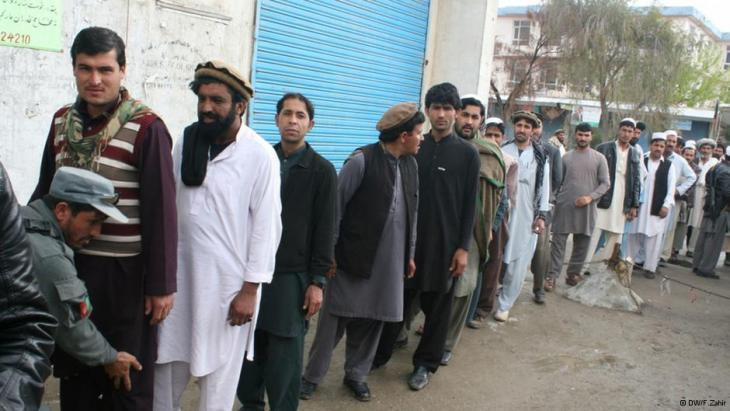 A long queue of voters waiting outside a polling station in Kabul (photo: DW)