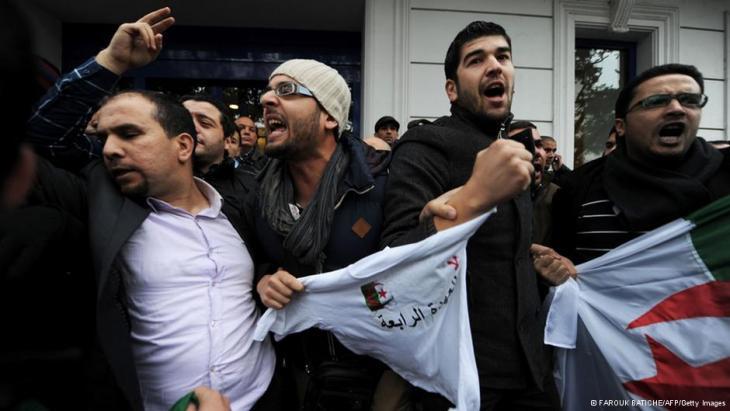 """احتجاجات حركة """"بركات"""" في الجزائر العاصمة ضدّ ترشّح الرئيس بوتفليقة لولاية رئاسية رابعة.  Foto: FAROUK BATICHE/AFP/Getty Images"""