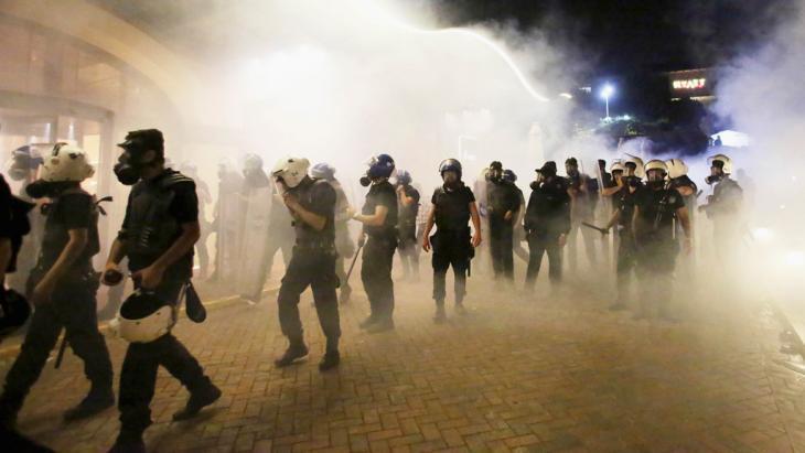 شرطة مكافحة الشغب تفرق متظاهرين خلال مسيرتهم إلى حديقة غيزي للاحتجاج بتاريخ 15 / 06 / 2013. photo: Reuters