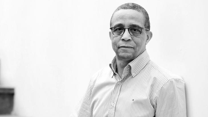 الكاتب الجزائري المعروف ياسمينة خضرا واسمه الحقيقي محمد مولسهول.