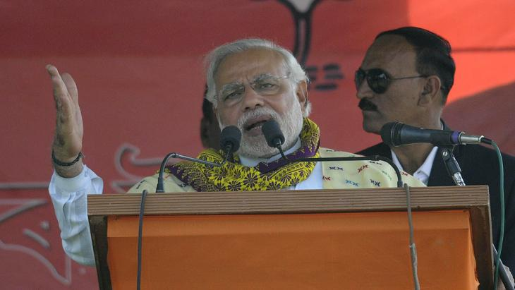 السياسي القومي الهندوسي نارندرا مودي وهو يلقي خطاباً في ولاية أسام بتاريخ 31 / 03 / 2014. photo: UNI