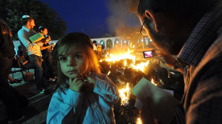 يهود يزورون ضريحاً يهوديا في المغرب. photo: Abdelhak Senna/AFP/GettyImages