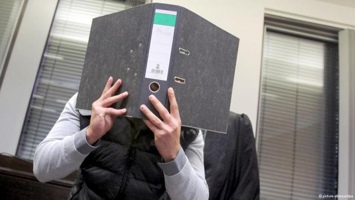 Isa S. hides his face in court (photo: picture-alliance/dpa)