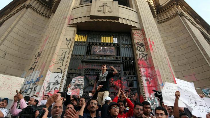 احتجاجات لنشطاء حركة 6 أبريل أمام المحكمة الدستورية العليا في القاهرة. Foto: Reuters
