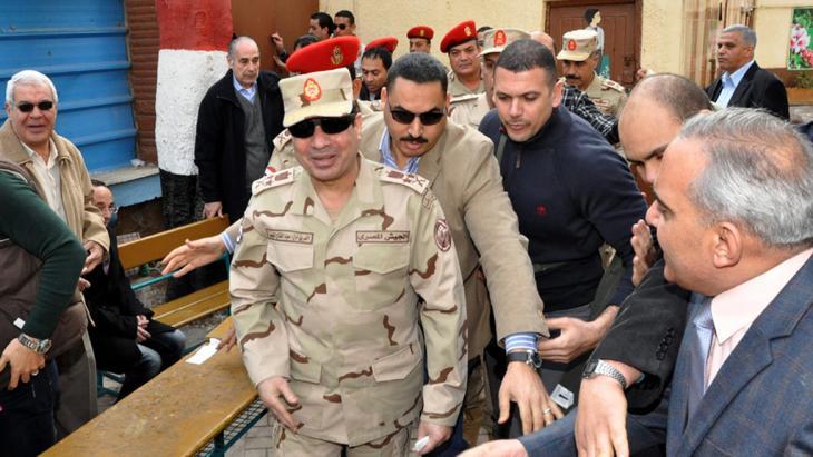 Abdel Fattah al-Sisi (v.) am 14. Januar 2014 während der Abstimmung über die neue ägyptische Verfassung in einem Wahllokal in Kairo; Foto: dpa/picture-alliance