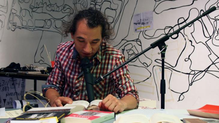 """قراءة أدبيةِ للفنان التركي إرديم غوندوز، """"الرجل الواقف"""" الذي وقف دون أية حركة أو صوت في ساحة تقسيم في اسطنبول أمام جنود مكافحة الشغب. Foto: DW/S. Sokollu/V. Uygunoglu"""