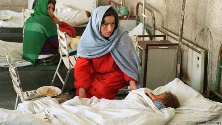 Frauen mit ihren Kindern in einem Krankenhaus in Kabul, Foto: dpa/picture-alliance