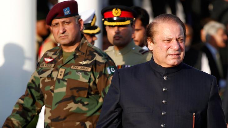 Pakistans Ministerpräsident Nawaz Sharif mit Vertretern des Militärs; Foto: Reuters