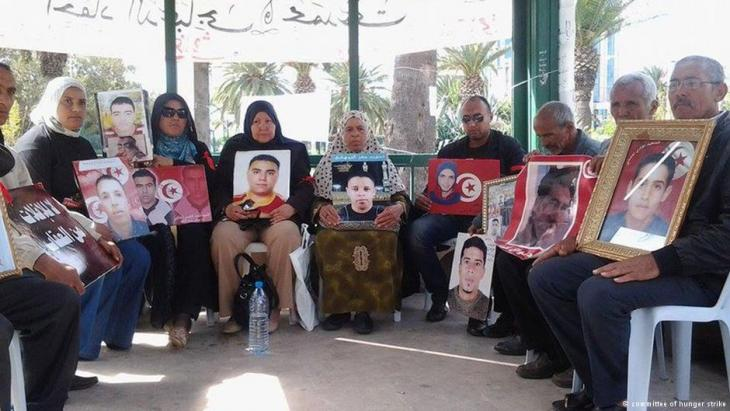 """بعد أحكام وصفت ب""""الخفيفة"""" بحق كبار القادة الأمنيين في عهد بن علي، لا يزال أهالي ضحايا ثورة تونس ينتظرون تفعيل قانون """"العدالة الانتقالية'' لمحاسبة المسؤولين عما لحق بهم، فيما يرى آخرون أن الحل هو اللجوء للقضاء الدولي."""