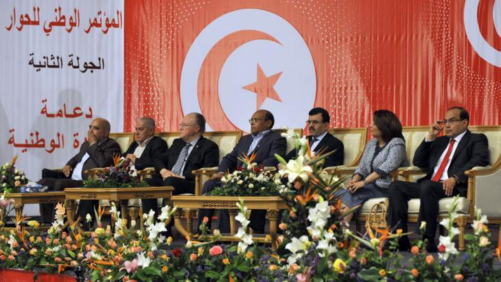 تسلط الناشطة الحقوقية التونسية سهام بن سدرين الضوء على أبعاد مخاض صعب لعملية الانتقال الديمقراطي في تونس. السير نحو الانتخابات بعد التوافق على دستور جديد وغير مسبوق في المنطقة، تواجهه مخاطر كبيرة. الصورة غيتي ايميج