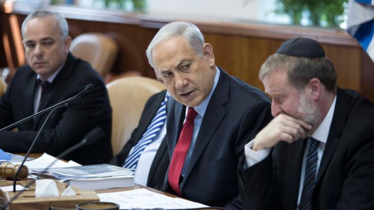 بنيامين نتنياهو في مجلس الوزراء الإسرائيلي.  Foto: dpa/picture-alliance
