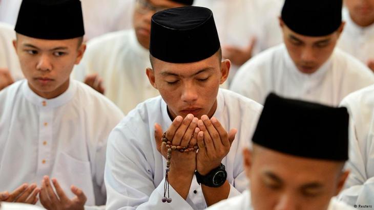 مسلمون من بروناي يؤدون الصلاة. REUTERS/Ahim Rani