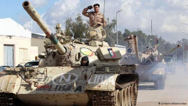 جنود في ليبيا على دباباتهم