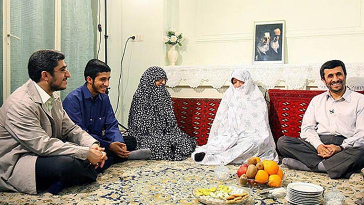 محمود أحمدي نجاد ضمن عائلته. Foto: ISNA