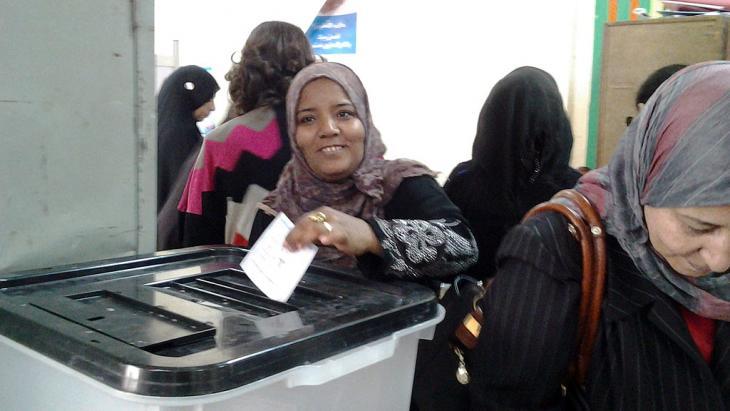 إحدى الناخبات في أحد مراكز الاقتراع في القاهرة. Foto: Mostafa Hashem/DW