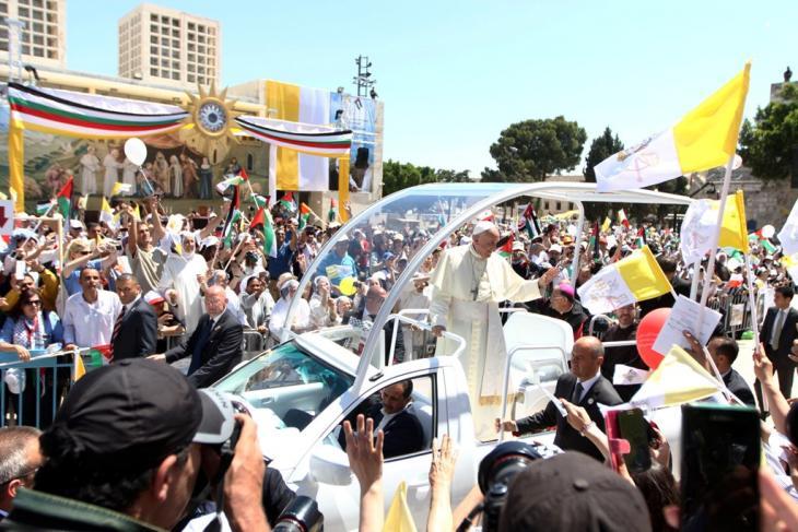 البابا يلقي التحية على  آلاف الحجاج والمؤمنين وسط ساحة كنيسة المهد-مدينة بيت لحم  -تصوير مهند حامد