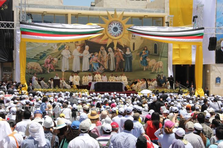البابا فرانسيس يعتلي منصة اتلقداس الالهي الذي اقيم وسط ساحة كنيسة المهد-مدينة بيت لحم تصوير مهند حامد