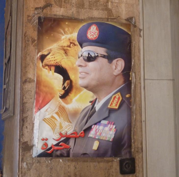 مُلصَق لصورة عبد الفتاح السيسي في وسط القاهرة. Foto: Arian Fariborz