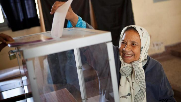 ناخبة مغربية تدلي بصوتها في الرباط. Foto: dpa/picture-alliance