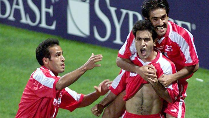 Mehdi Mahdavikia schießt bei der WM 1998 in Frankreich das zweite Tor gegen die Vereinigten Staaten, Foto: picture-alliance/dpa