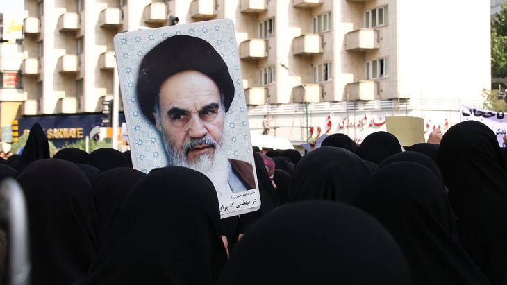 Anhängerinnen Ahmadinedschads in Teheran demonstrieren für eine strengere Einghaltung des Schleierzwangs; Foto: Tabnak