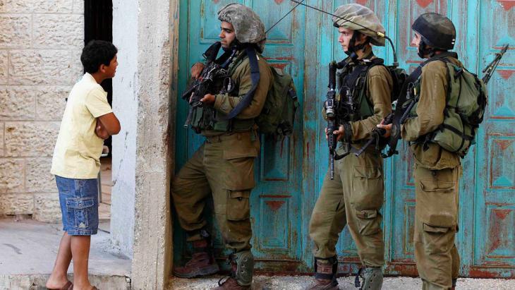 جنود إسرائيليون خلال مداهمة وتفتيش لأحد المنازل في الخليل. Foto: Reuters/Ammar Awad