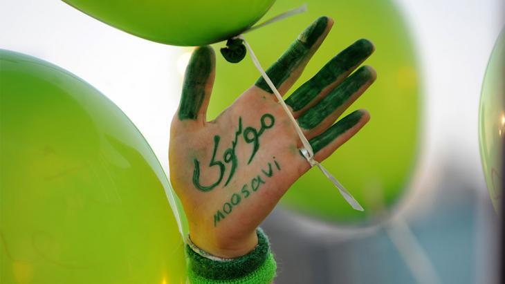 The hand of a supporter of Mir Hossein Mousavi (photo: Bulent Kilic/AFP/Getty Images)