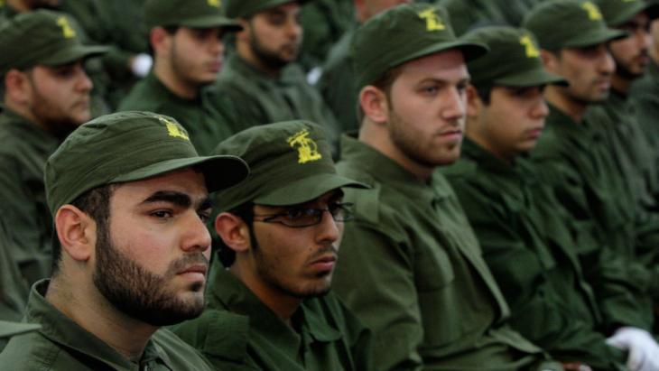 مقاتلون تابعون لحزب الله في إحدى ضواحي بيروت.  Foto: picture-alliance/AP