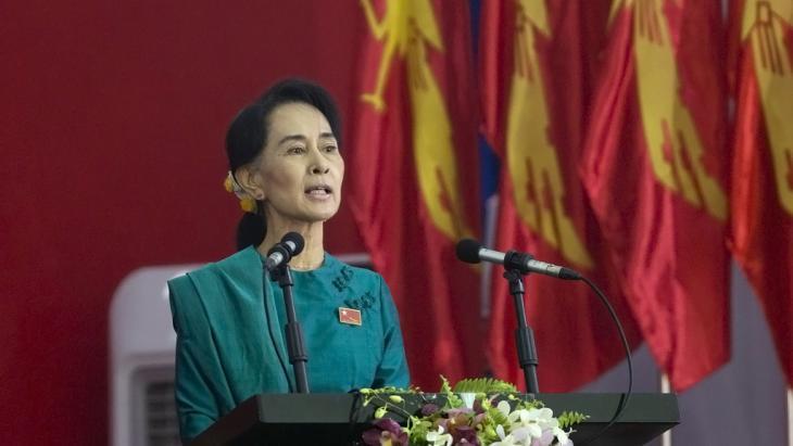 السيدة أون سان سو تشي، حاملة جائزة نوبل للسلام، تلقي كلمة في إحدى اجتماعات حزبها (حزب الرابطة الوطنية للديمقراطية) في ميانمار (بورما).  Foto: picture alliance/AP Photo
