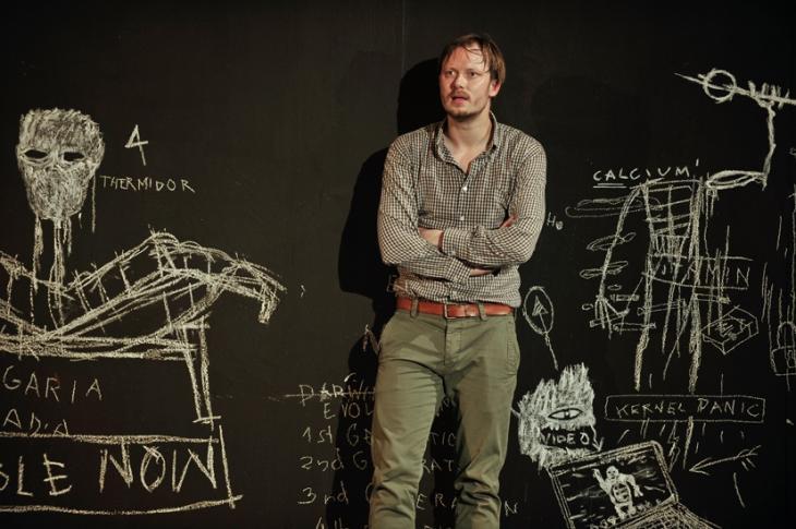 """مشهد من مسرحية """"عدو للشعب"""" للكاتب الألماني هندريك إبسن. Foto: Arno Declair/Schaubühne"""