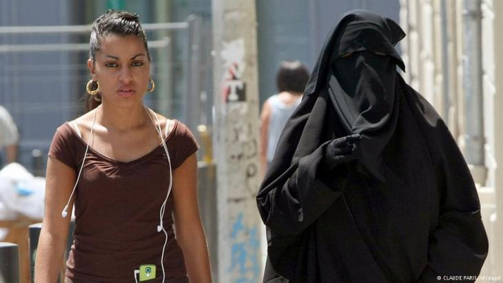 Verschleierte Frau in Frankreich; Foto: Claude Paris/AP/dapd