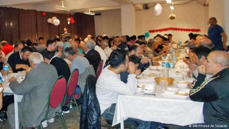 شهر الصيام رمضان - إفطار وحوار في على موائد الرحمن في مساجد ألمانيا