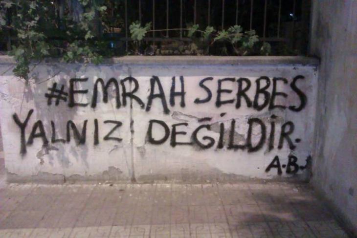 "Foto: binooki.com""كلنا مع إيمرا سيربس""..عبارة غرافيتي على أحد الجدران في اسطنبول تعبر عن التضامن مع الكاتب الشاب المنتقد لحزب العدالة والتنمية."