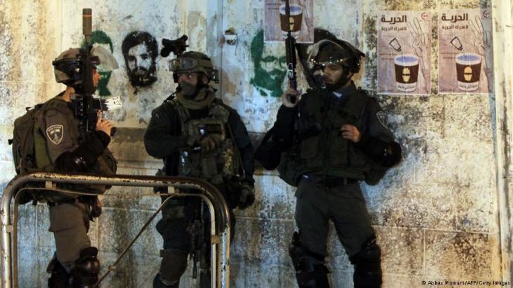 Israelische Soldaten durchsuchen Häuser im Westjordanland; Foto: AFP/Getty Images