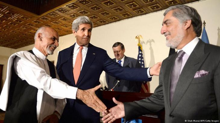 US-Außenminister John Kerry vermittelt zwischen den beiden afghanischen Präsidentschaftskandidaten Abdullah und Ahmadzai; Foto: AFP/Getty Images
