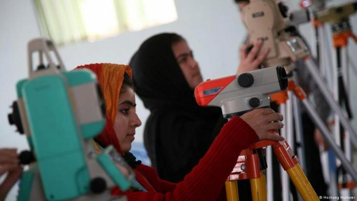 Studentinnen an der Universität von Herat; Foto: DW/Hoshang Hashemi