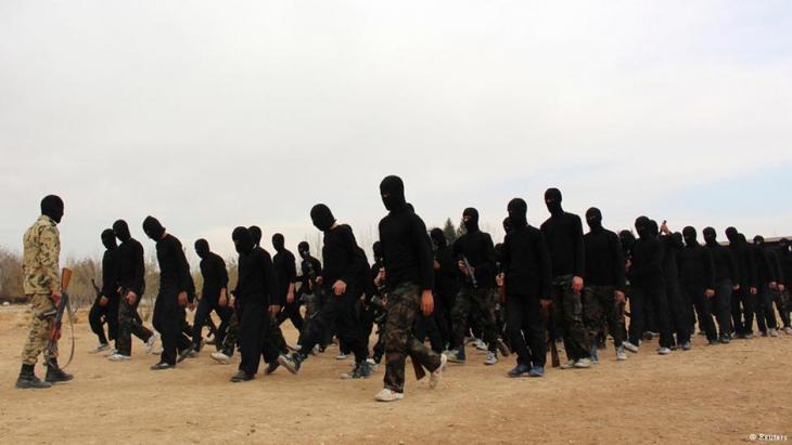 استعراض للمقاتلين في معسكر تدريب للمتطرفين. Foto: Reuters