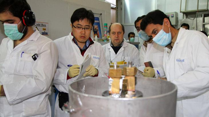 مفتشون دوليون ومهندسون إيرانيون في مركز ناتان النووي بتاريخ 20 / 01 / 2014. Foto: AFP/Getty Images