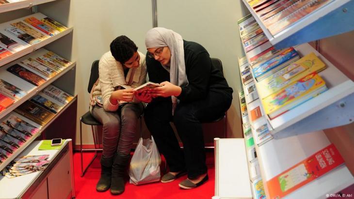 امرأتان تقرآن في معرض القاهرة للكتاب. Foto: DW/Amira El Ahl