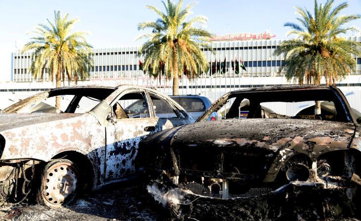 Ausgebrannte Autos vor dem Internationalen Flughafen in Tripolis; Foto: Osama Alfitory