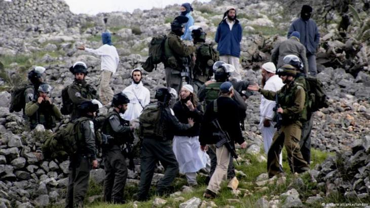 Militärs lösen einen Siedlerprotest auf; Foto: picture-alliance/landov