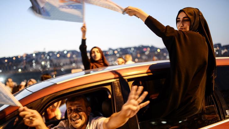 أنصار إردوغان بتاريخ  10 / 08 /  2014 في اسطنبول مبتهجون بإعلان فوز إردوغان في الانتحابات الرئاسية.  Foto: AFP/Getty Images